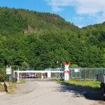 Bahnübergang, der den Campingplatz Hetzingen teilt