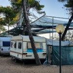 """Parzellen in erster Strandreihe (Zona Azzurra) auf dem Campingplatz Spiaggia Lunga bei Vieste am Gargano belegt mit """"historischen"""" Caravans"""