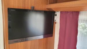 Fertig montierter Fernseher im Schlafbereich des Hobby 495 UL